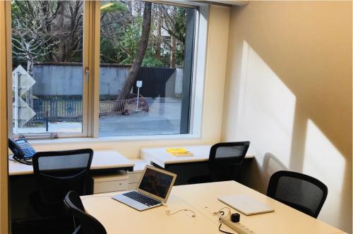 執務室の前は赤坂御用地で、静かな環境です。