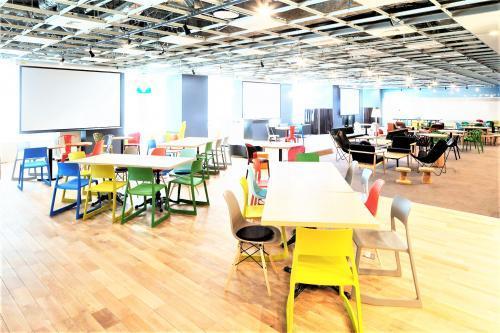 明るく開放的なオフィスでランチ補助制度も有ります